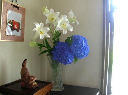 花瓶のユリとアジサイ