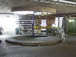 4号館下の螺旋階段