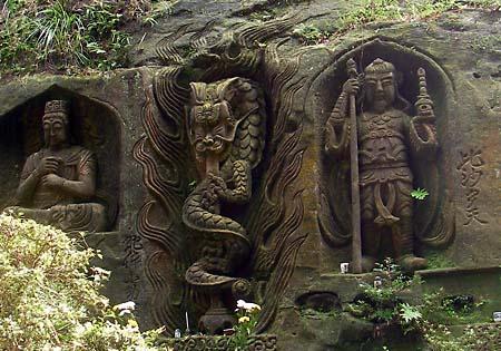 崖に彫られた石仏
