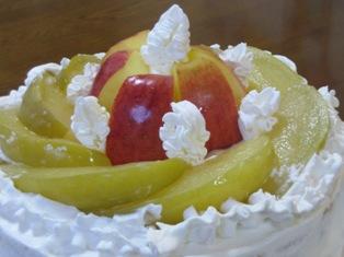 りんごのはちみつコンポートのデコレーションケーキの写真