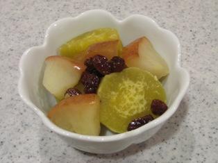 さつまいもとりんごとレーズンのはちみつ煮の盛り付け写真