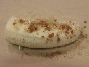 春巻きの皮にバナナを乗せる