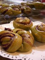 紫芋とお茶のロールパン