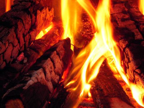 炊き出しの火