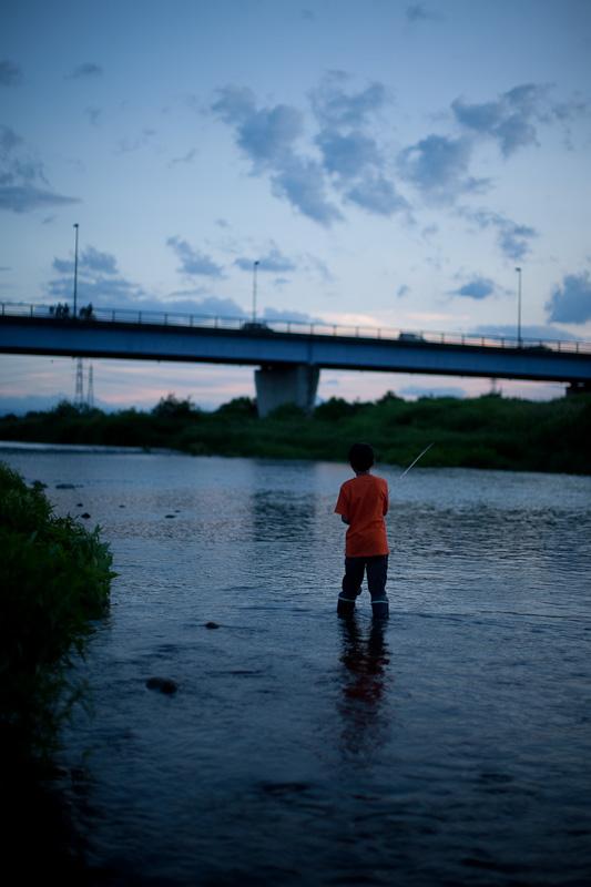 橋の下で釣り