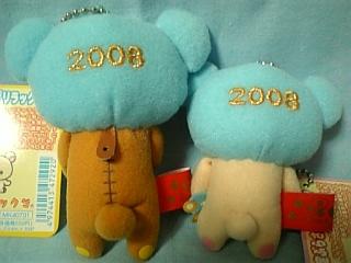 """後頭部には金色の糸で""""2008""""の刺繍が!"""