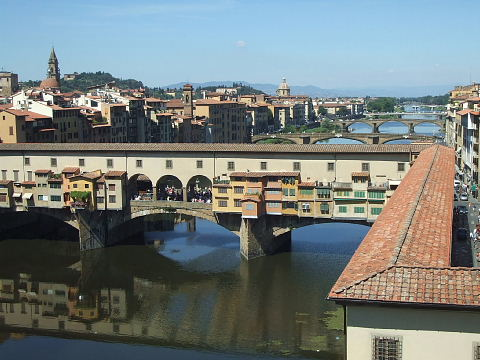 美術館3階からヴェッキオ橋を望む