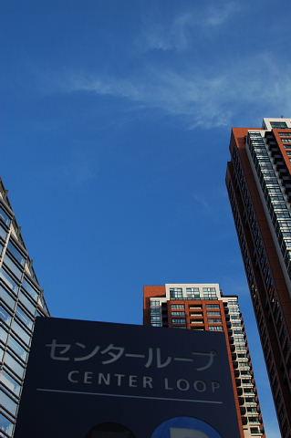 ビル街に似合う青い空