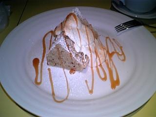 ケーキセットで頼んだ紅茶のシフォンケーキ☆ひなにながケーキ食べるから、飲み物と一緒のケーキセットを頼みます☆あっさりしてて、おいしいの!