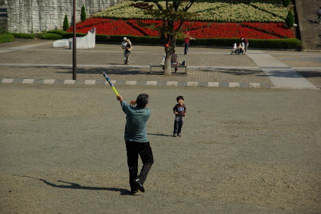 孫に野球を教えるおじいさん