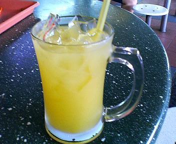 ベドック駅前のホーカーでレモンジュース