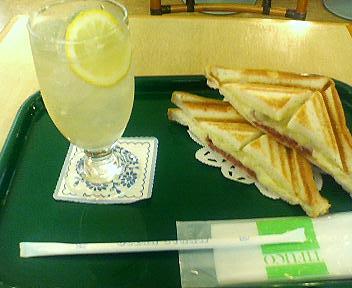 ぴおシティ花壇にてサンドイッチ