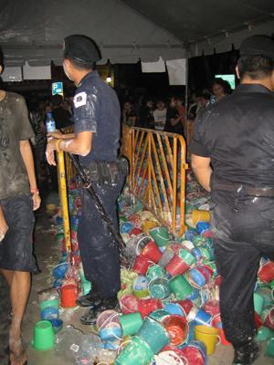 有名な通りではバケツ禁止、警察が没収