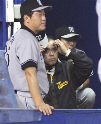 セ・リーグ優勝を逃し、ベンチで渋い表情の阪神・岡田監督