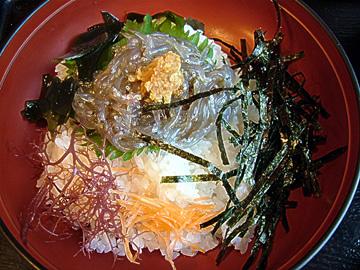江ノ島に行ったらぜひ食べたいのが「生しらす丼」。