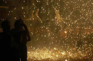 火の粉の雨