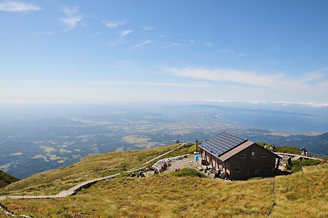 大山頂上避難小屋を望む