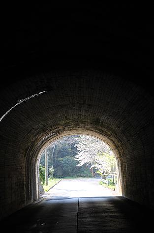 トンネルを抜けると・・・そこは
