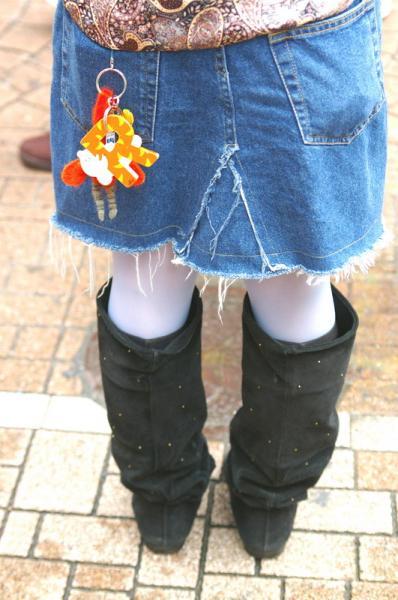 後ろ姿の黒ブーツに小さな星が多数