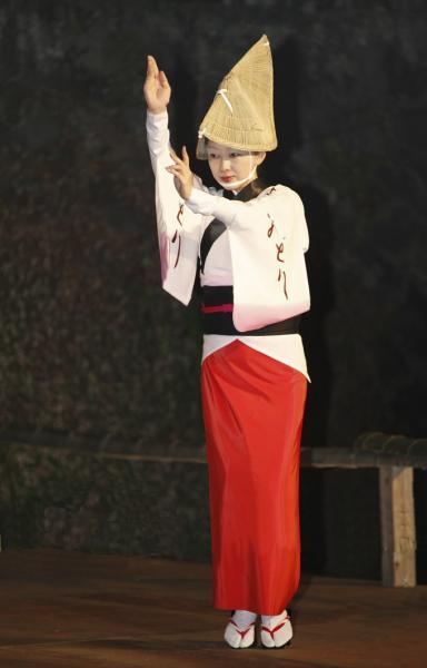 1名で踊り 上が白地に下が赤そして黒帯