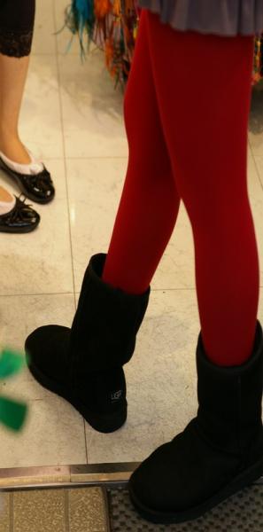 赤いタイツに黒ブーツ