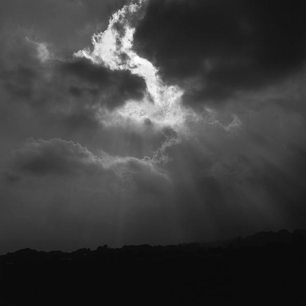 闇を切り裂き、闇を照らす