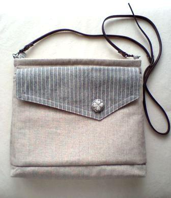 飾りポケットの斜めがけバッグ