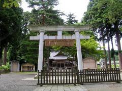 杉木立に守られた浅原神社