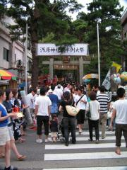 浅原神社の参道入口前は この混雑
