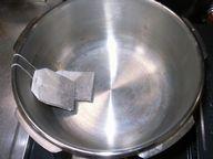 鍋にティーパックを2つ