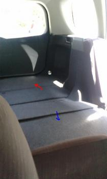 倒れた後部座席