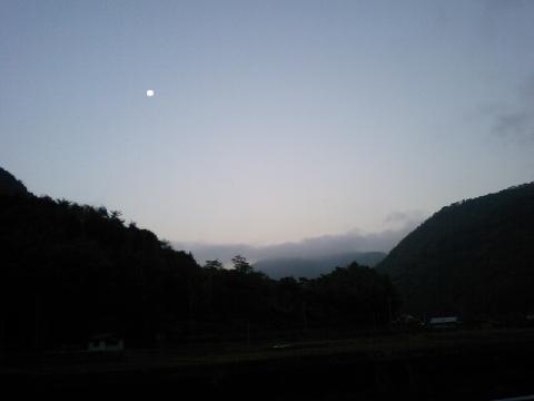 夜明け前の月…