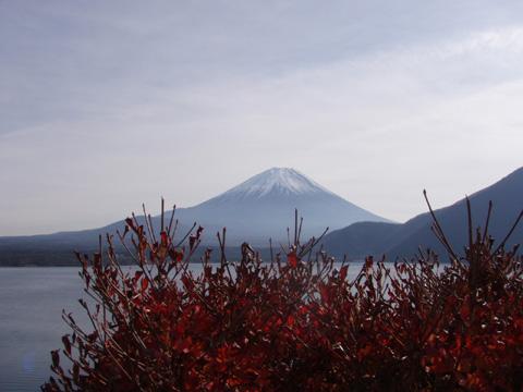 本栖湖湖畔からの富士山