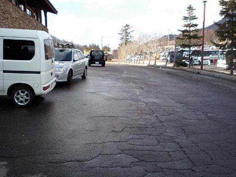 ゲレンデの駐車場…黒い雪じゃないよ!
