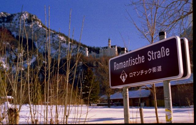 後ろに見えるのが有名なノイシュバンシュタイン城