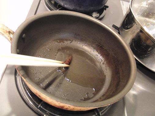 唐辛子を炒めます
