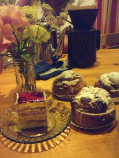 ケーキとシュークリームとバラの花
