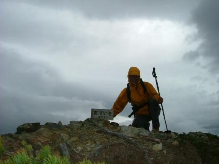 強風の支湧別岳山頂