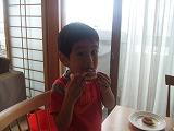 s-ドーナッツ食べる息子