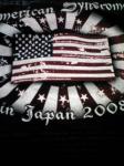 旗の中にバンド名とメンバーの名前が入っている