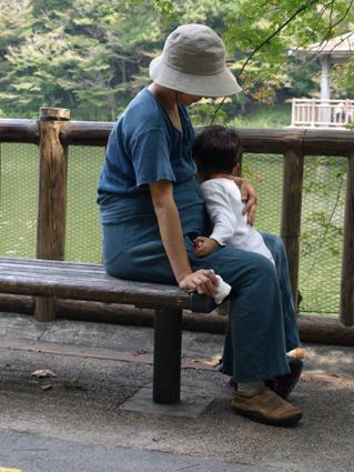 2抱き合う母子