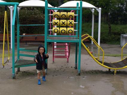1雨の中遊ぶ