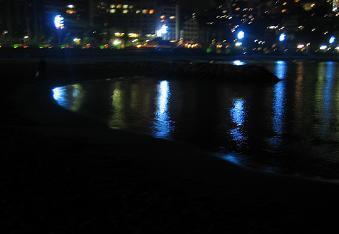 街の明かりが海を照らしてました☆