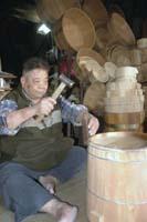 台北の店舗兼工房で、木おけを製作する林相林さん