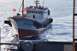 100910683中國船只距離美艦很近,船上人員手持中國國旗