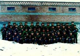 1986年に解放軍に入り、河南省に駐在する解放軍54軍162師に編入された張世軍氏(第2列、右から3人目)(提供・民生観察)