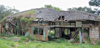 「八田與一紀念園區」預計兩年後完成,圖為八田與一當年居住寓所的殘破現況,這棟建物經整修後,未來將是紀念園區的地標