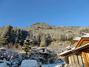 我が家より、初雪の烏宿山とその向こうに青空を眺む
