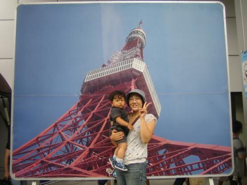 東京タワーのパネルの前で。