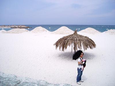 青い空広い海白い砂浜とヘンな親子